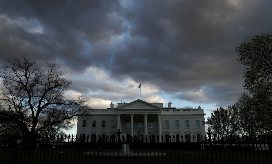 STORM: Flere titalls tjenestemenn og -kvinner er enten blitt sparket, eller har gått av frivillig, siden Trump ble president i USA. Nå stormer det igjen rundt Det hvite hus, etter at Trump har startet en ny «utrenskning», skriver amerikanske medier. Foto: Leah Millis / Reuters / NTB Scanpix