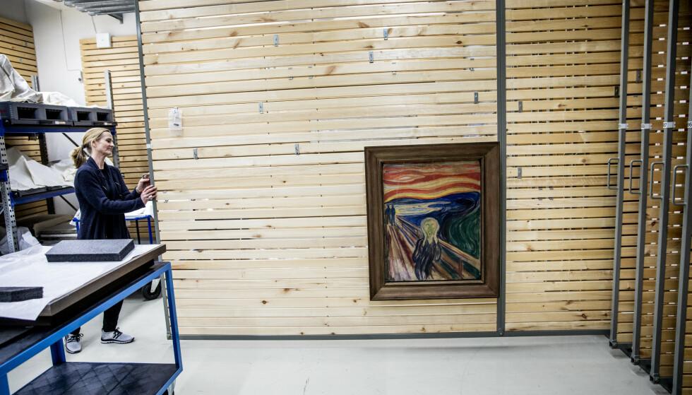 SKRIK: Edvard Munchs «Skrik» er malt på papp. Munchmuseets ene versjon av bildet er datert til 1910, og ble stjålet i 2004. Dagbladet har fått eksklusivt innpass inn i det aller helligste - Munchmuseets kunstmagasin, der kunstverkene har sitt hjem. Foto: Christian Roth Christensen / Dagbladet