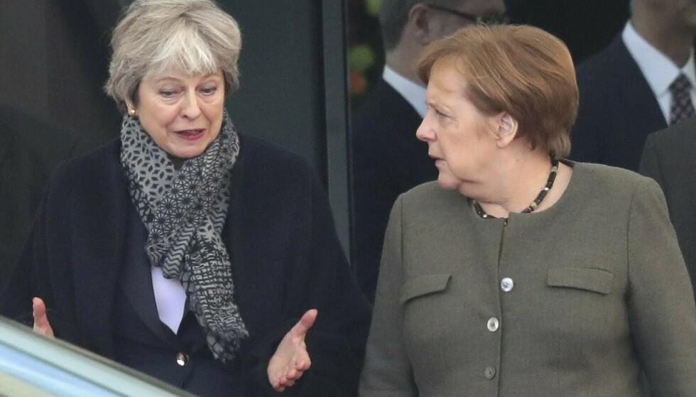 HEKTISK: Storbritannias statsminister Theresa May var tirsdag ettermiddag i Berlin for å diskutere brexit med Tysklands statsminister Angela Merkel. Etterpå dro May videre til Paris for å møte Frankrikes president Emmanuel Macron. Foto: Michael Sohn / AP / NTB scanpix