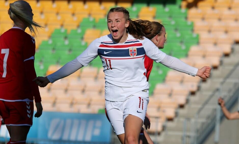 JUBEL: Jenny Røsholm Olsen scoret Norges første mål. Foto: Norges Fotballforbund / Twitter