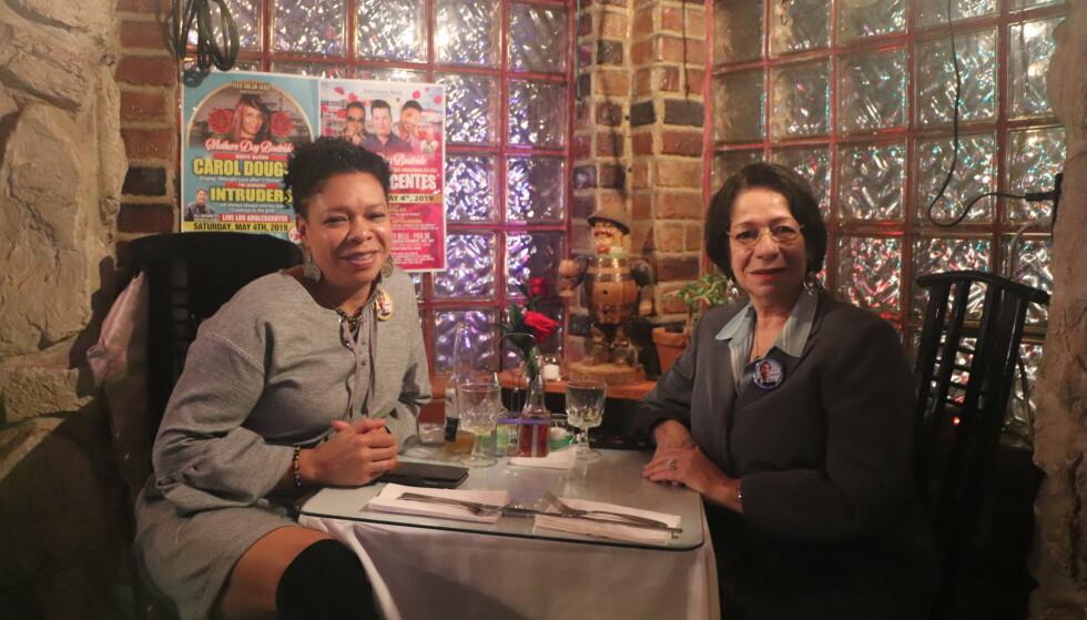 AOC-FANS: Edith Roman (t.v.) og Nini Medina fra Bronx støtter AOC. Foto: Vegard Kristiansen Kvaale / Dagbladet