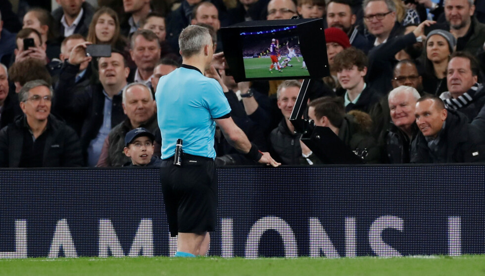 VAR I FOKUS: Mannen som dømte Champions League-kvartfinalen mellom Tottenham og Manchester City, Bjorn Kuipers, ser her på videobildene fra situasjonen som ga Manchester City et straffespark av det kontroversielle slaget. Foto: Reuters.