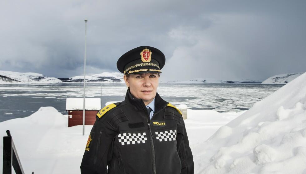 POLITIMESTER: Ellen Katrine Hætta i Finnmark politidistrikt fotografert på kontoret og utenfor politikammeret i Kirkenes. Foto: Hans Arne Vedlog