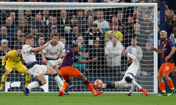 SITUASJONEN: Her fyrer Raheem Sterling av et skudd som - etter bruk av VAR - ender med straffespark. Hugo Lloris reddet imidlertid straffen, og Tottenham vant oppgjøret 1-0. Foto: Reuters.