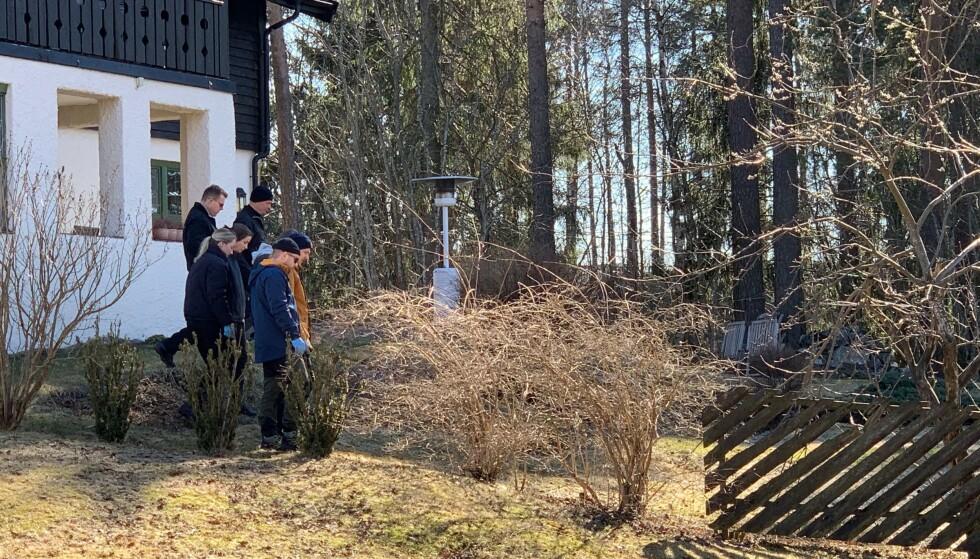 MANNGARD: Politiet går i manngard på eiendommen. Foto: Nicolai Eriksen / Dagbladet
