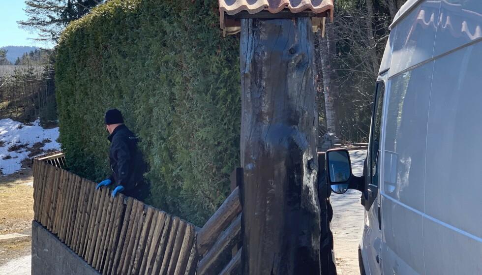 MØYSOMMELIG SØK: Politiet søker hver eneste kvadratcentimer på eiendommen for ikke å unngå noen spor. Foto: Nicolai Eriksen / Dagbladet