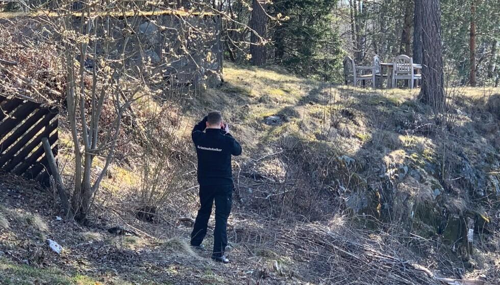BILDER: Politiet tar også bilder på tomta. Foto: Nicolai Eriksen / Dagbladet