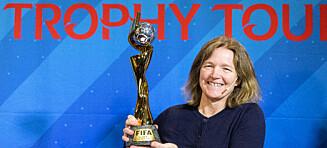 Her løfter Hege Riise VM-trofeet