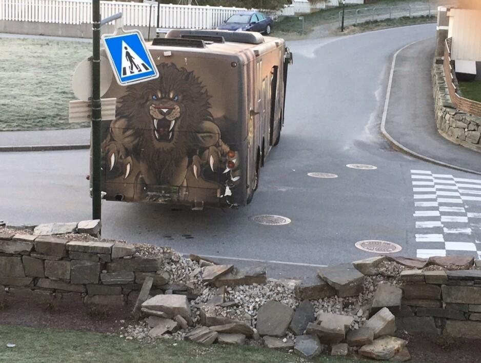 TRE GANGER I MUREN: Sju meter av steinmuren til Knut Erga i Tananger ble ødelagt i morges da en russebuss forsøkte å snu i et trangt kryss. Foto: Privat