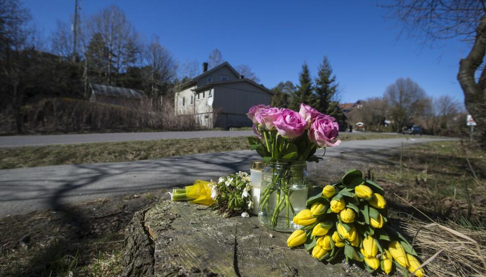 SANDEFJORD: Lørdag formiddag var det lagt ned blomster og lys, på stedet der en kvinne ble påkjørt og drept i Lahelleveien i Sandefjord. Kvinnens ektemann betegnes lørdag som lettere skadet. Foto: Trond Reidar Teigen / NTB scanpix