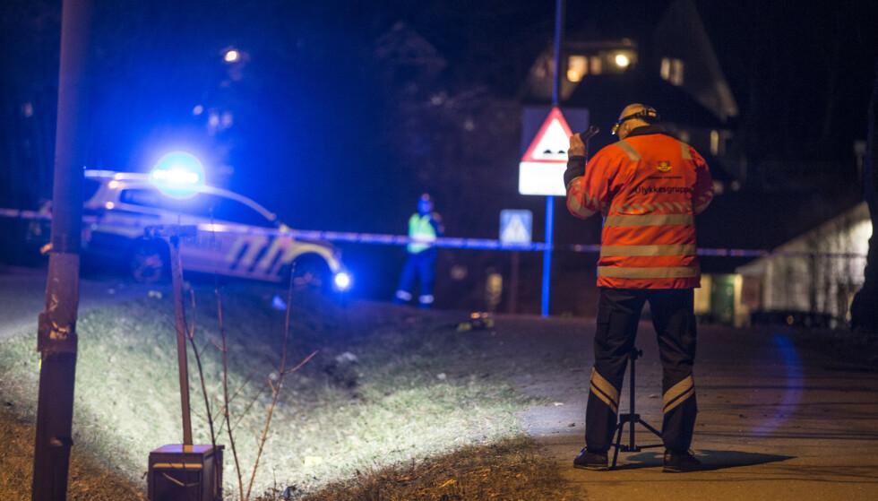 ULYKKE: Ulykkeskommisjonen jobber på stedet sent fredag kveld. Foto: Trond Reidar Teigen / NTB scanpix