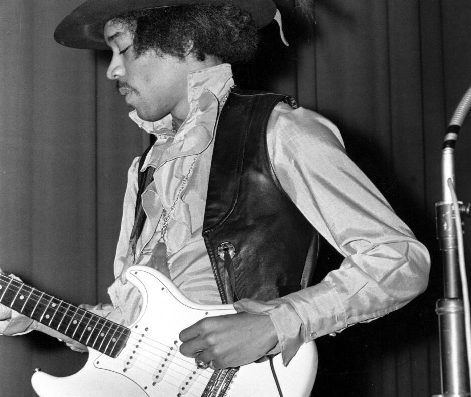 ELEKTRISKE DRØMMER: Nå har den amerikanske musikkjournalisten Ian S. Port reist en bauta over to hedersmenn som sto bak vidunderet, den elektriske gitaren, i boka The Birth of Loud – Leo Fender, Les Paul and the guitar-pioneering rivalry that shaped rock'n'roll. Her ser vi en av de som bidro til at en hel verden fikk elektriske drømmer, Jimi Hendrix. Foto: NTB Scanpix