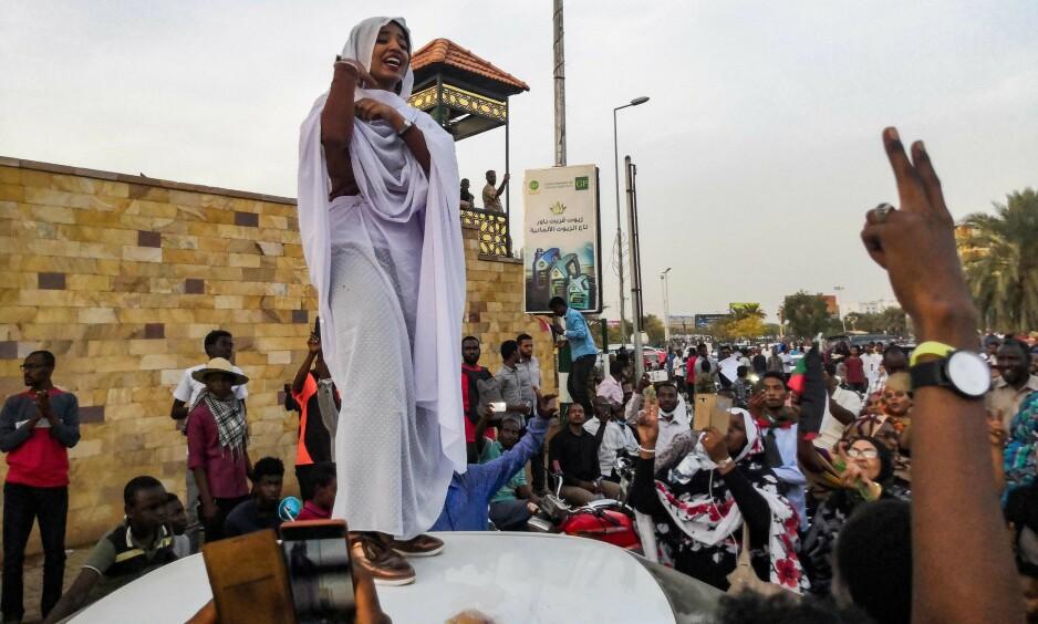 NYTT IKON: Mandag tok en sudansk fotograf et bilde av den 22-årige studenten Alaa Salah under demonstrasjoner i Sudans hovedstad. Bildet gikk raskt verden rundt og 22-åringen omtales nå som symbolet på sudanernes opprør mot den nylig avgåtte presidenten Omar al-Bashir og hans aldrende regime. Dette bildet ble tatt onsdag denne uka. Foto: Afp / Scanpix