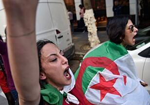 KVINNER I TET: Også i Algerie er det mange kvinner blant demonstrantene. Her krever to kvinner regimeendring i hovedstaden i dag. Foto: Ryad Kramdi / Afp / Scanpix