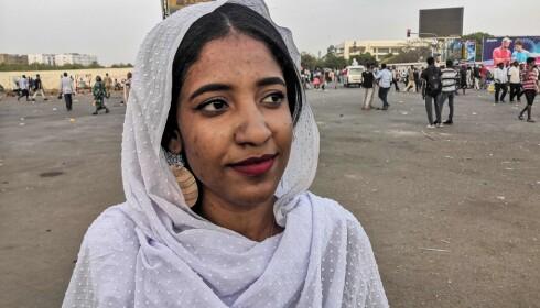 SUDANS NYE DRONNING: Bildet av den demonstrerende Alaa Salah (22) har gått verden rundt denne uka. Hun hadde på seg det tradisjonelle antrekket som ble brukt av nubiske dronninger for 3000 år siden, og på nettet har mange gitt henne navnet Kandaka, eller den nubiske dronningen. Foto: Afp / Scanpix