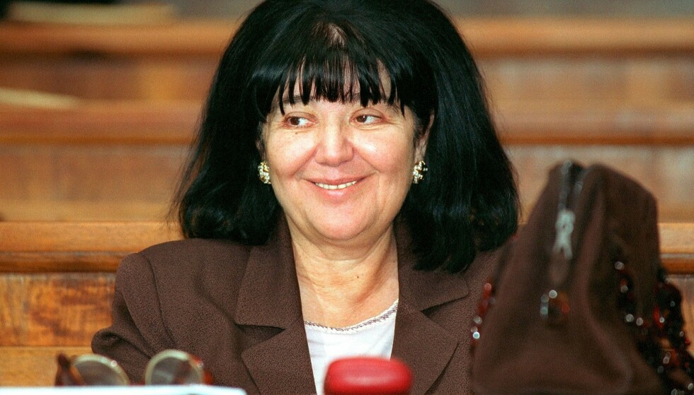 BLODIGE HENDER: Mirjana Markovic fotografert i oktober 2001. Enken etter Slobodan Milosevic har fått kallenavnet «Balkans Lady Macbeth» og «Den røde heksa». Foto: Andrej Isakovic AFP / NTB Scanpix