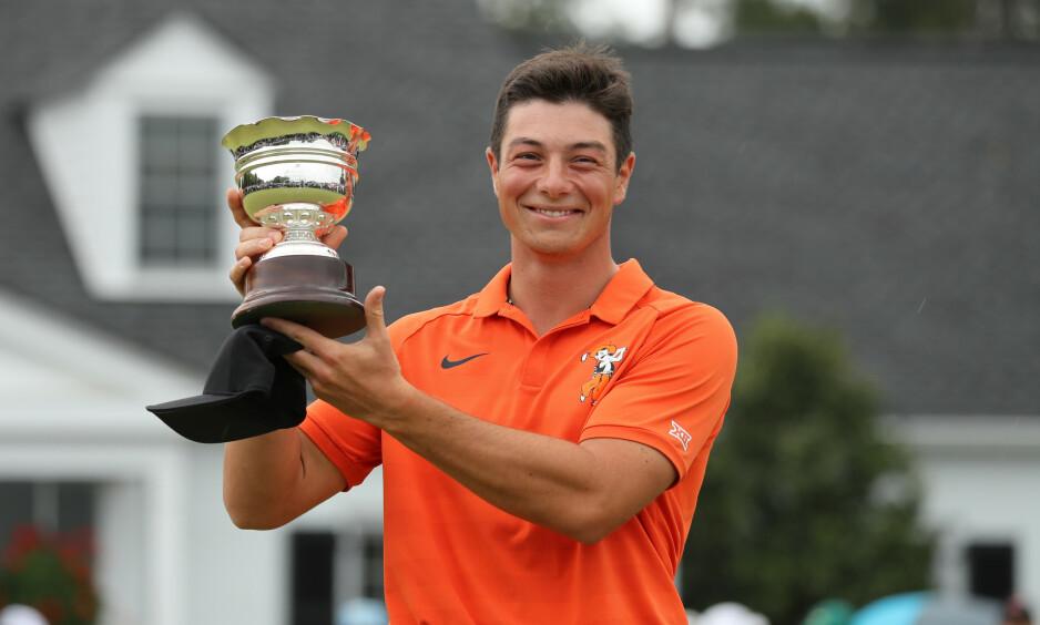 BEVISET PÅ BRAGDEN: Viktor Hovland holder opp trofeet for beste amatør i US Masters. Foto: Lucy Nicholson / Reuters / NTB Scanpix