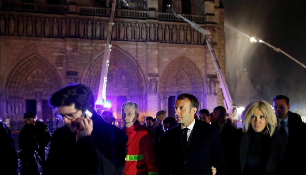 VED BRANNEN: Frankrikes president, Emmanuel Macron, og ektefellen Brigitte, besøkte Notre-Dame mandag kveld. Foto: PHILIPPE WOJAZER / POOL / AFP