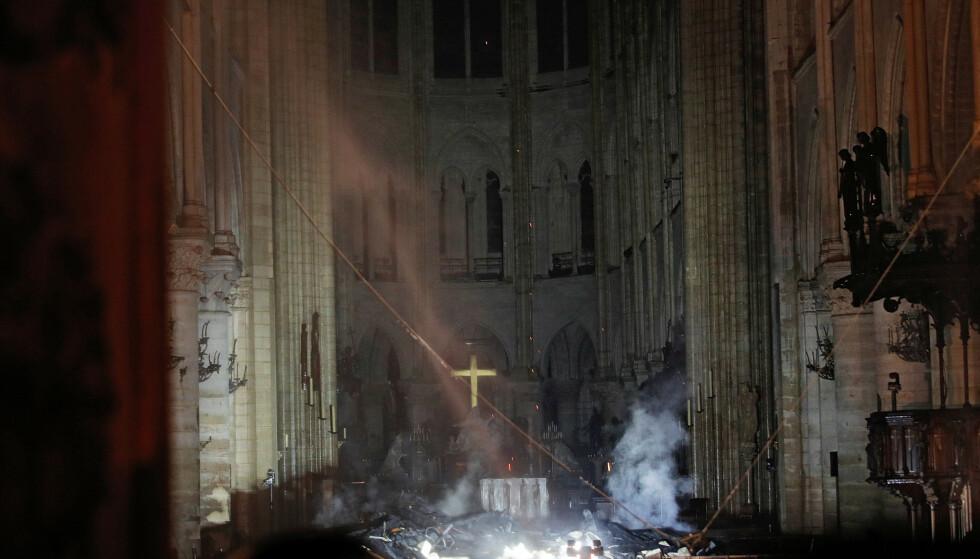 ALTER: Røyk stiger opp rundt alteret i Notre-Dame. Foto: REUTERS/Philippe Wojazer/Pool