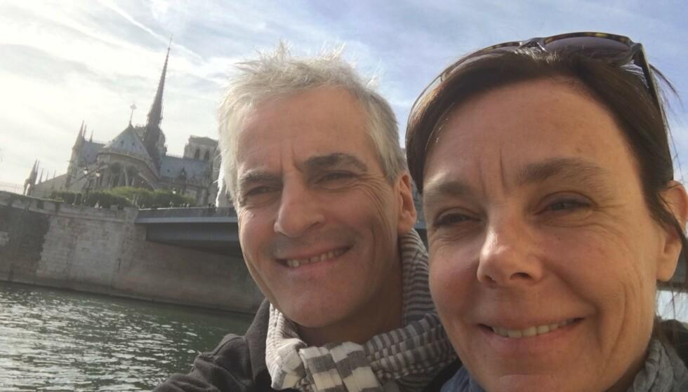 IKONISK: Jonas Gahr Støre og kona Marit Slagsvold på Paris-tur i 2016 med Notre-Dame i bakgrunnen. Foto: Privat