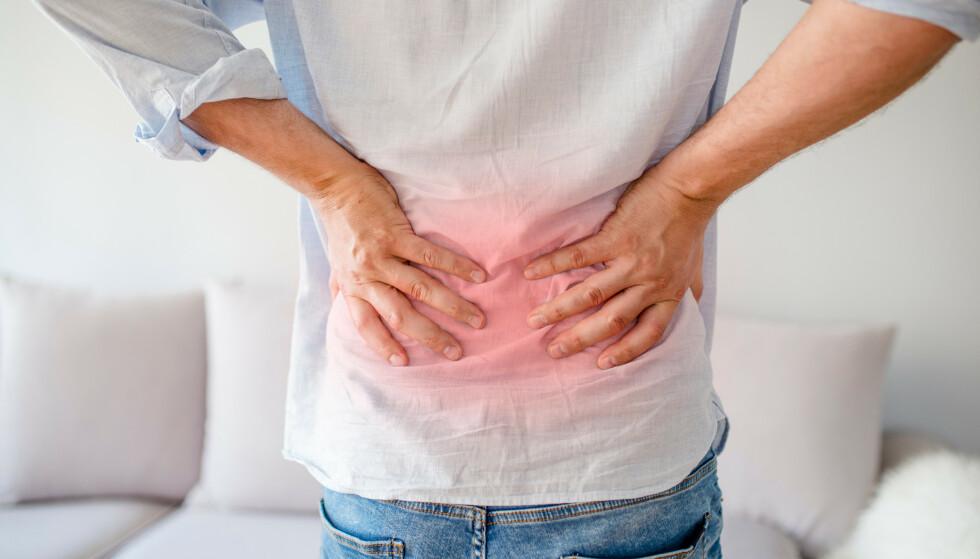 SMERTER I KORSRYGGEN: Årsaken til hvorfor du har vondt i ryggen kan ofte være vanskelig å finne ut av. Et godt råd er å holde seg i bevegelse, og ikke ligge i ro, mener ekspertene. Foto: Shutterstock / NTB scanpix