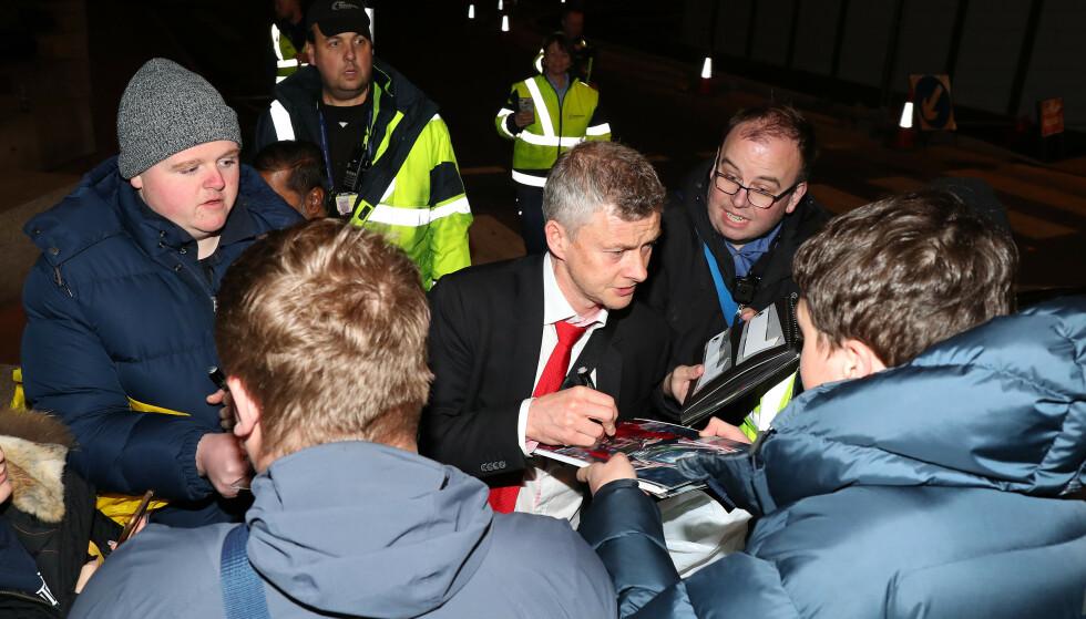 HJEMME IGJEN: Tidlig i dag morges landet Manchester United på Manchester Airport. Fansen var der og ville ha autografer. Det er fortsatt mange som ikke har gitt opp håpet om Champions League neste sesong.