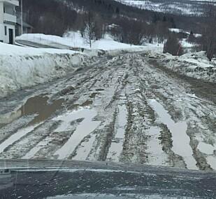 SPORETE: Gjørmete og sporete er gjennomgående på fylkesveien i Balsfjord. Foto: Privat