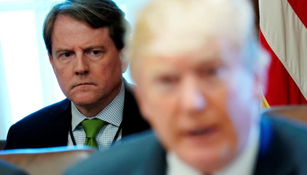 I KRYSSILD: Donald F. McGahn, tidligere advokat for Det hvite hus og president Donald J. Trump (foran), har havnet i presidentens kryssild i kjølvannet av Mueller-rapporten. Foto: Jonathan Ernst / Reuters / NTB Scanpix