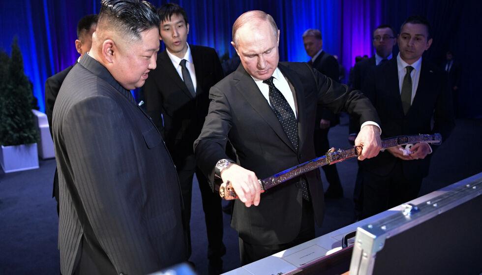KREVER PLASS VED BORDET: Russland vil heretter være med på atomforhandlingene med Nord-Korea, sier president Vladimir Putin, som torsdag tok imot Nord-Koreas leder Kim Jong-un i Vladivostok. Foto: Alexei Nikolsky / Kreml / NTB scanpix