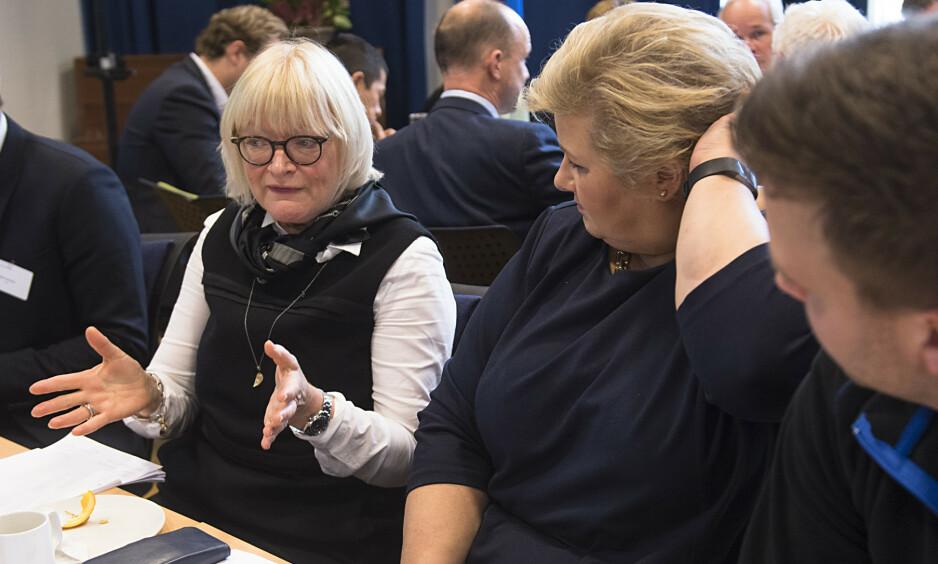 NY JOBBMÅTE: Aktivitetsbaserte arbeidsplassar er ein ny måte å jobbe på, og bør ikkje forvekslast med opne kontorlandskap. Alle miljøa vil høyre til ein heimebase, og studentane våre vil sjølvsagt ha enkel tilgang til sine forelesarar, skriv rektor Berit Rokne i HVL. Her er hun i samtale med Erna Solberg i oktober i fjor. Foto: Marit Hommedal / NTB scanpix
