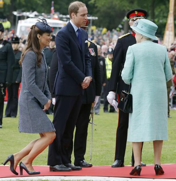 KONGELIG ETIKETTE: Selv om hertuginne Kate ofte representerer den britiske kongefamilien på offisielle oppdrag, må hun selv neie - eller knikse - for dronningen. Foto: NTB Scanpix