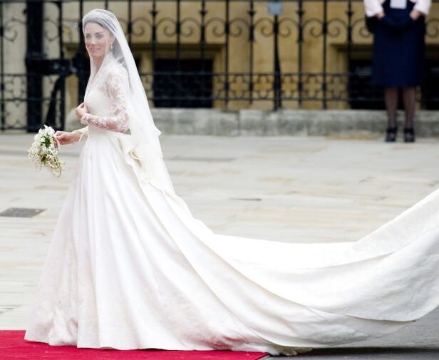 FIKK ROS: Kate strålte da hun for åtte år siden sto brud i en kjole designet av McQueens sjefsdesigner Sarah Burton. Foto: NTB Scanpix