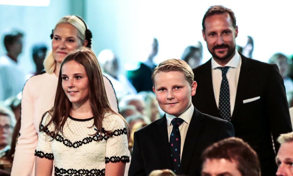 - GI RÅD: Kronprins Haakon har, i likhet med sine forfedre, tjenestegjort i militæret. Nå forteller han derimot at hans barn selv får bestemme hva de ønsker å gjøre. Her er han fotografert med kronprinsesse Mette-Marit, prinsesse Ingrid Alexandra og prins Sverre Magnus i sommer. Foto: NTB scanpix
