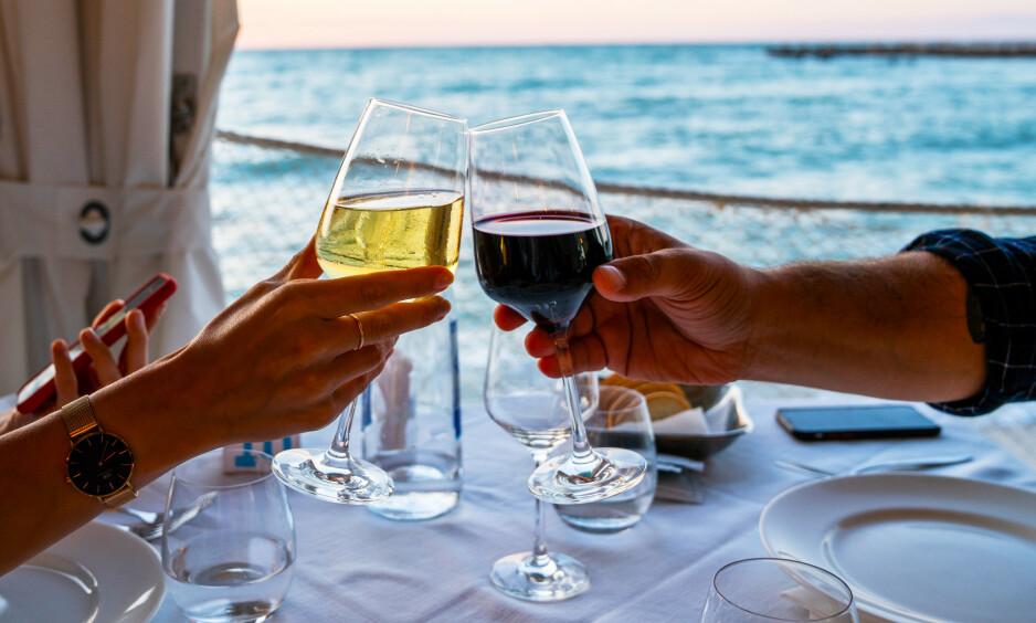 VELLYKKET SOMMERSLIPP: Vinmonopolet har lyktes meget godt og leverer et flott utvalg av sesongrelaterte viner i alle kategorier, mener vår vinekspert Robert Lie. Foto: Shutterstock / NTB Scanpix.