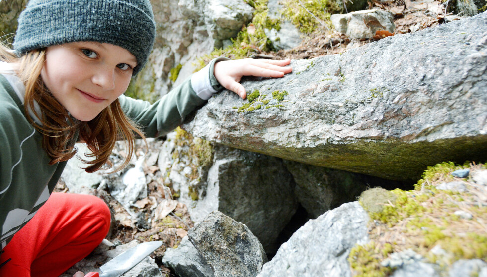 HAR LIGGET DER LENGE: I denne hula i skogen i Kviteseid i Telemark fant Ole Didrik Fosse Didriksen «en betydelig pengesum» i møysommelig innpakning. Foto: Tone Tveit, Vest-Telemark Blad.