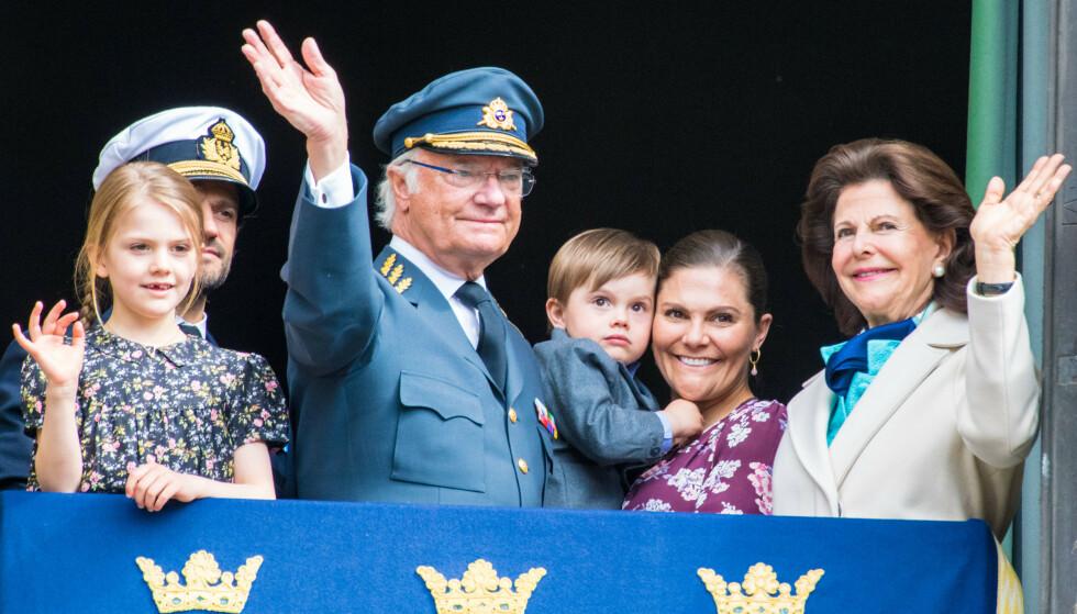 FEIRET KONGEN: Da Carl Gustaf tirsdag fylte 73 år, ble det feiret på det svenske slottet og kongefamilien vinket til de oppmøtte fra slottsbalkongen. Foto: NTB Scanpix