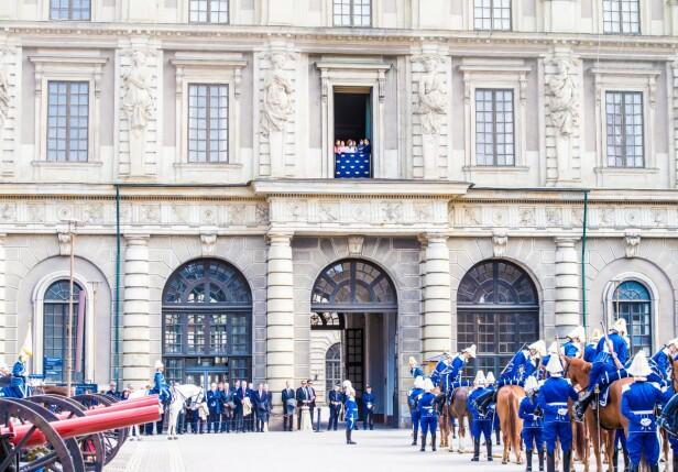 VINKET FRA BALKONGEN: Kongens busdag feires med pomp og prakt av våre svenske naboer, og kongefamilien vinket fra slottsbalkongen. Foto: NTB Scanpix