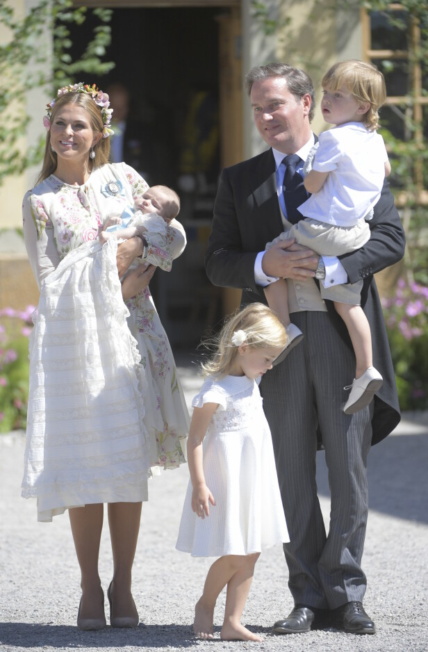 UTEBLE: Madeleine og hennes familie var ikke til stede under Carl Gustafs bursdagfeiring tirsdag. Det er ikke første gang. Her er de samlet etter prinsesse Adrienne (1) sin dåp i Drottningholm slottskirke i 2018. Foto: NTB Scanpix