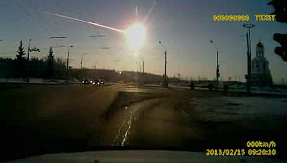 2013: I dette skjermbildet fra et dashbordkamera kan man se meteoren fly gjennom lufta over Tsjebarkul, hvor den landet i en innsjø. Foto: AP Photo/AP Video / NTB Scanpix