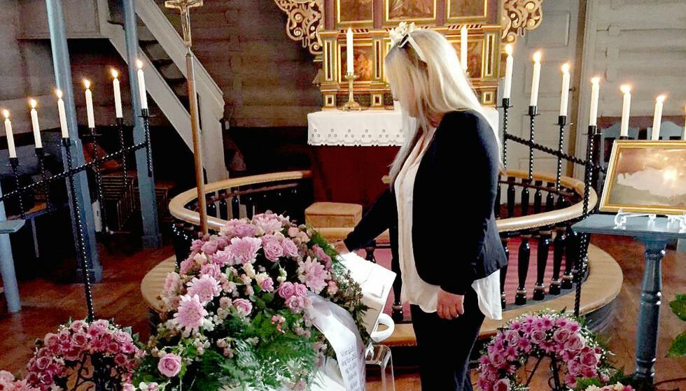 SISTE FARVEL: Hanne døde i september 2017. Her tar hennes mor et siste farvel. Foto: Privat