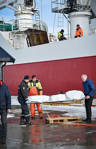 SISTE REIS: Mannskapet om bord på M/S Remøy fulgte den druknede sjømannen på sin siste seiltur til Båtsfjord. Foto: Gunnar Thorenfeldt / Dagbladet.