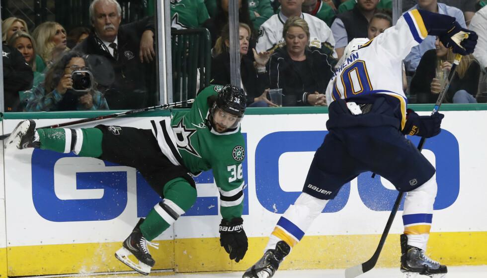 TRØBBEL: Mats Zuccarello og Dallas Stars fikk trøbbel i søndagens hjemmekamp mot St. Louis Blues i NHL-sluttspillet. Foto: Tony Gutierrez / AP / NTB scanpix