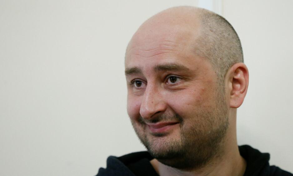 IKKE DØD LIKEVEL: Den Putin-kritiske journalisten Arkadij Babtsjenko fotografert på pressekonferansen som ble arrangert kort tid etter at han hadde iscenesatt sin egen død. Foto: NTB Scanpix