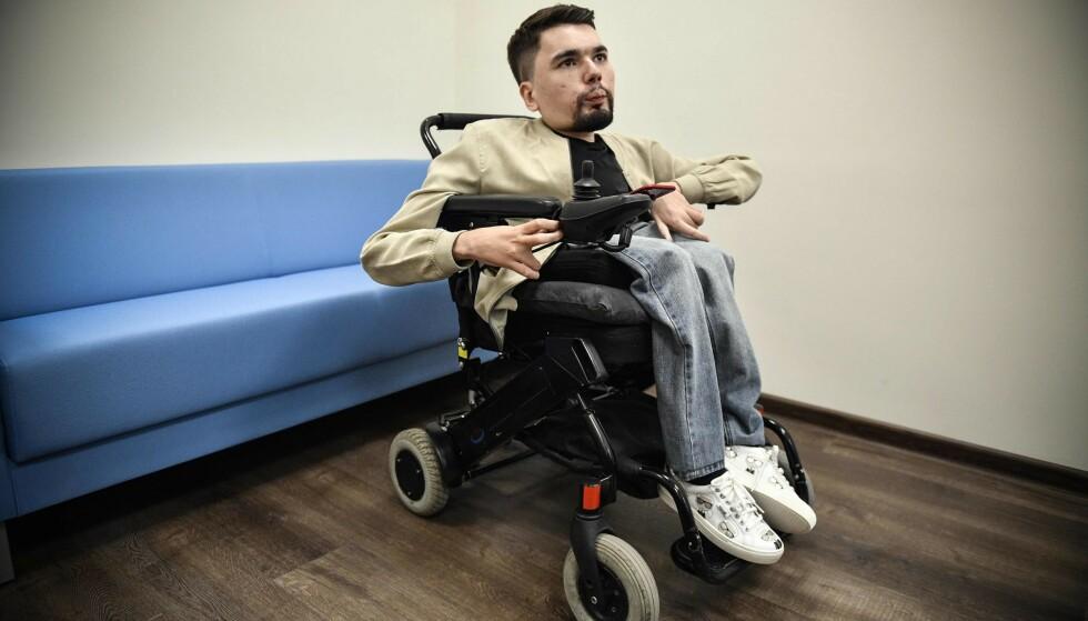 LIDER AV SMA: Alexander Gorbunov lider av spinal muskulær atrofi (SMA), men nekter å ta medisiner som kan forlenge livet hans. Foto: Alexander Nemenov / AFP