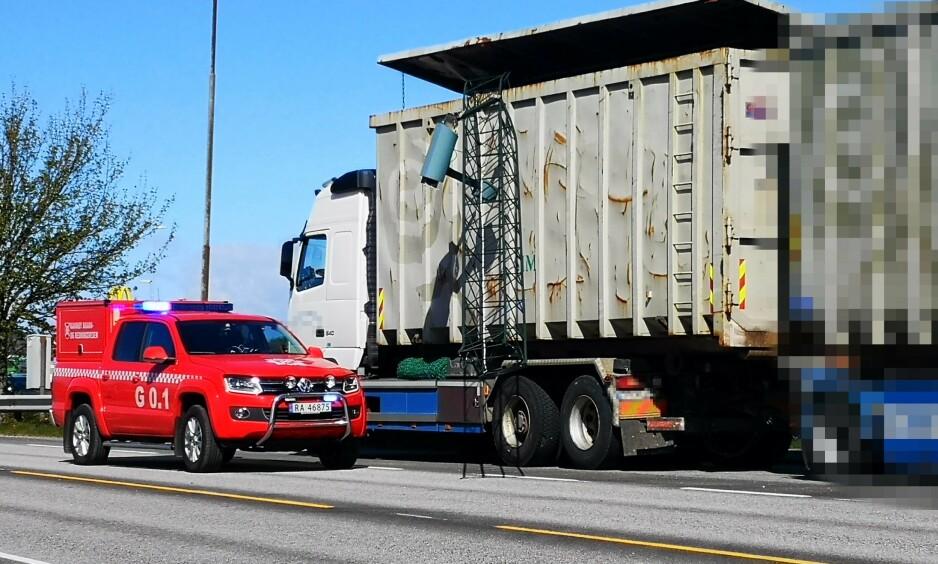 TRAFF BJELKE: Lastebilen traff tverrbjelken i bomstasjonen. Sjåføren har status som mistenkt. Foto: Stig Tangen