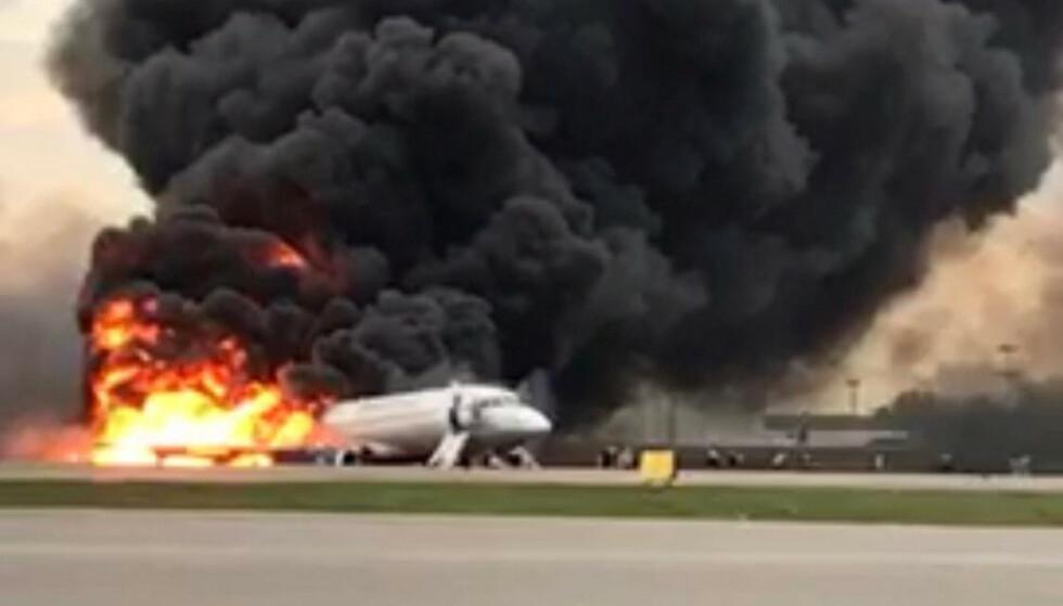DØDSFELLE: Aeroflots Suhkoj Superjet 100-maskin blir sakte fortært av flammene etter nødlandingen på Sjermetjevo-flyplassen i Moskva. Foto: Den russiske havarikommisjonen / Reuters / NTB Scanpix