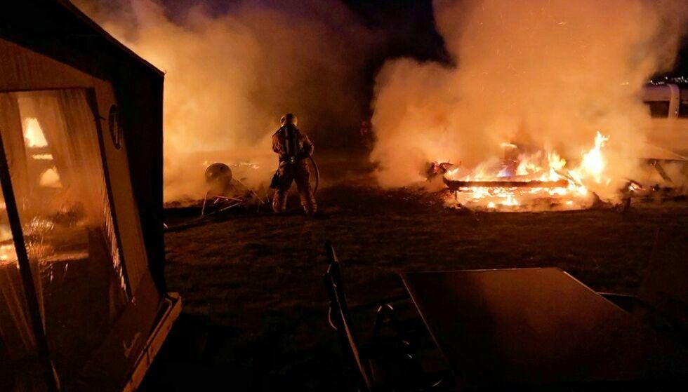 BRANN: Det brøt ut brann i to campingvogner i Vestfold i natt. Foto: Vestfold interkommunale brannvesen