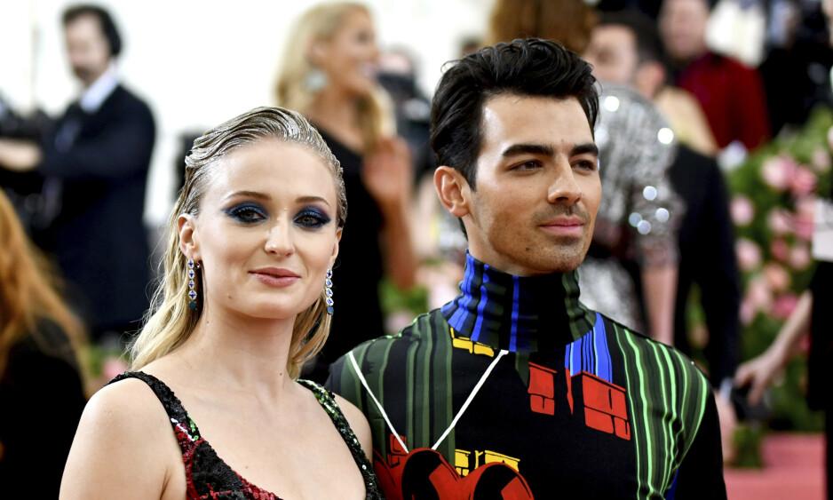 NYGIFT: Sophie Turner og Joe Jonas dukket opp på det som for anledningen var en rosa løper etter sjokkbryllupet. Foto: NTB Scanpix