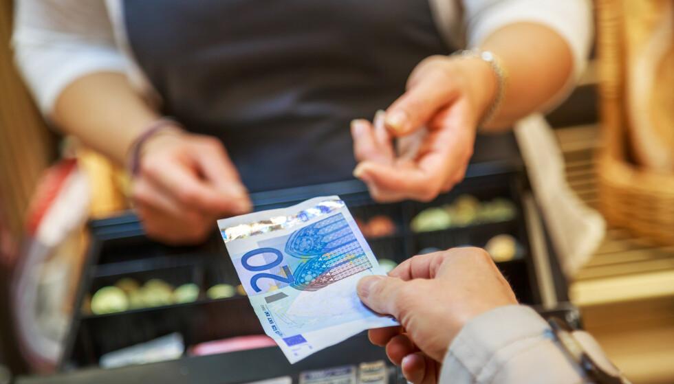 Utbredt myte: Det er en mye at vi før vi hadde penger, drev med byttehandel, og at penger oppsto for å gjøre byttehandelen enklere, mener spaltist Roman L. Eliassen. Foto: pixinoo / Shutterstock / NTB scanpix