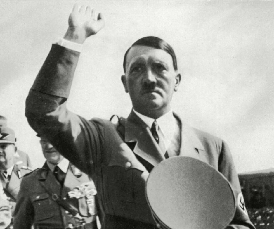 SNART HUNDRE ÅR: Adolf Hitler ga ut manifestet «Mein Kampf» i to deler i 1925 og 1926. Det ble en slags bibel i nazitidas Tyskland, opplaget var på millioner og det gjorde Hitler rik. Nå er den ute i ny, utvidet norsk utgave. Foto: NTB Scanpix